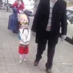 まるで人間の子供が歩いてるよう #犬動画